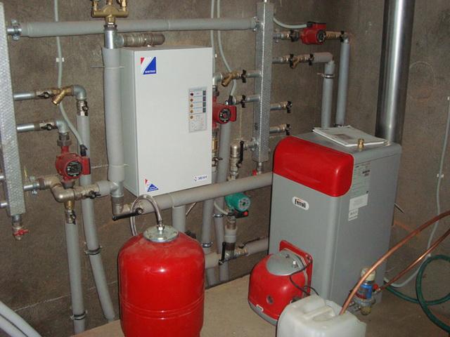 Установка котла отопления и трубы к нему в частном доме 5