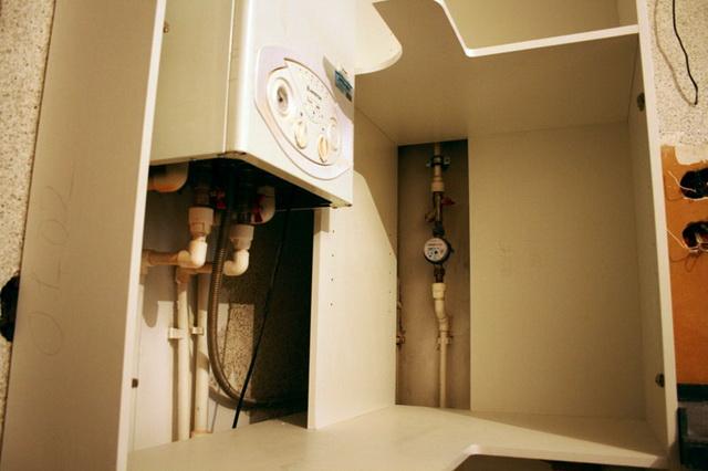 Как спрятать газовый котел на кухне - фото и идеи 9